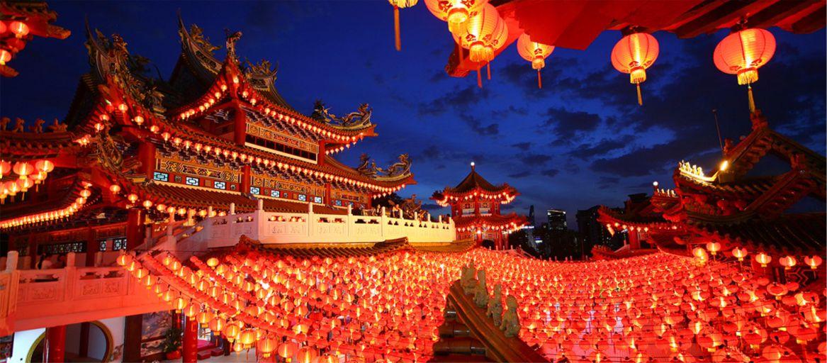 Китайские католики посещают службу в сочельник в церкви в пекине